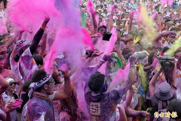 香港民主黨建議,鑑於台灣的嚴重意外,應立即禁止類似活動使用玉米粉或其他可燃粉塵。圖為2013年在台北舉行的The Color Run彩色路跑。(資料照,記者簡榮豐攝)