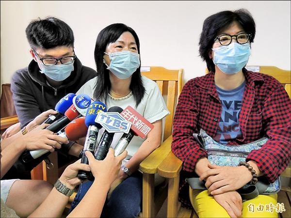 劉致葦的媽媽(右)與邱生的媽媽盼政府成立專案,協助醫療復健之路。(記者蔡淑媛攝)