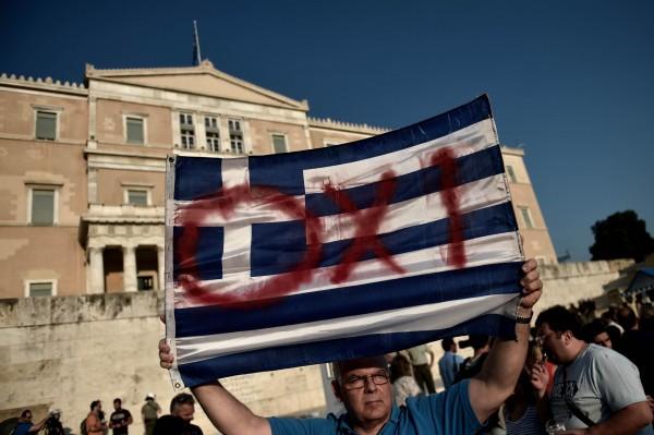 希臘民眾準備在週日的公投對紓困案投下反對票。(法新)