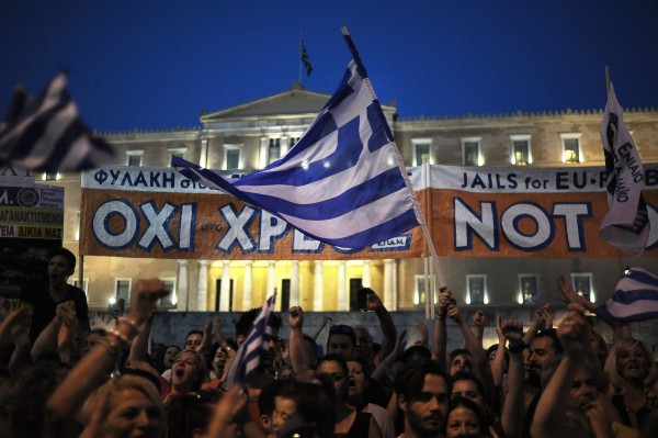 昨日希臘民眾走上街頭,喊出「我們的生活不屬於債權人」的口號。(歐新)