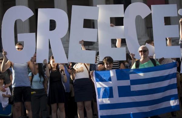 許多希臘民眾反對歐盟的救助案,上街抗議。(路透)