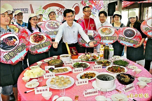 台中市長林佳龍歡迎民眾到東勢一嚐客家美食。(記者李忠憲攝)
