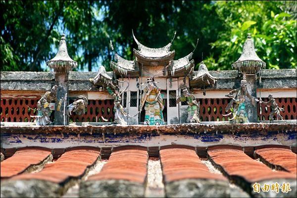 屋脊上一組泥塑「吉星閣」,象徵居住在這裡的子孫永遠「吉星高照」,為全台傳統房舍很少看到的。(記者廖雪茹攝)