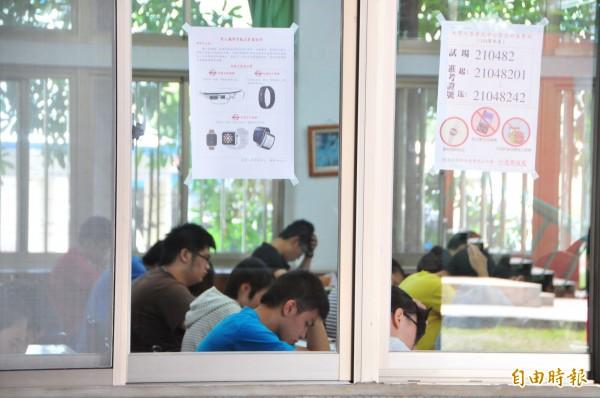 大學指考花蓮考區今天在海星中學登場。有考生未滿60分鐘提前離場,經監考人員告知違規,仍不理會,最重可能被處取消考試資格。(記者花孟璟攝)