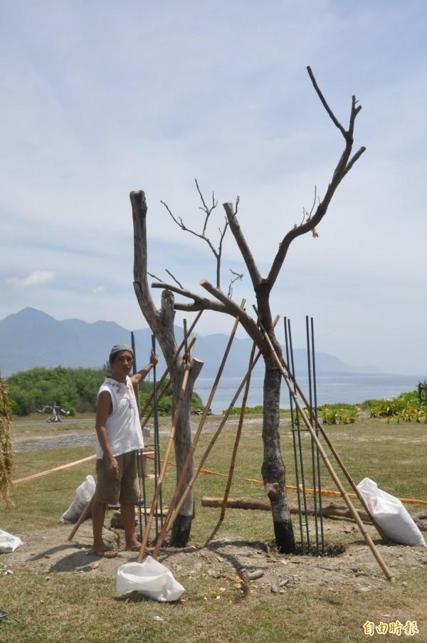 「東海岸大地藝術節」創作起跑,藝術家見維巴里在加路蘭遊憩區豎起枯木,展開創作。(記者黃明堂攝)