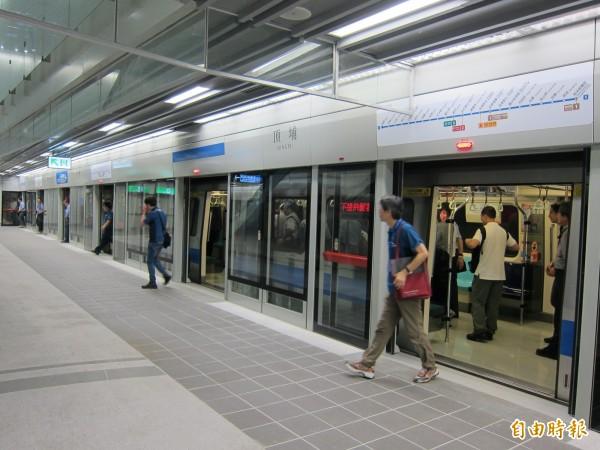 捷運土城延伸頂埔段將於7月6日通車,首月持悠遊卡永寧站至頂埔站免費搭乘。(記者何玉華攝)