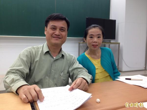 生物科補教老師游夏(左)和施懿修(右)分析今年考題,生物科命題是近3年最簡單。(記者林曉雲攝)