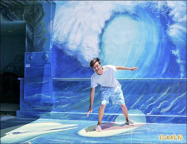 遊客體驗3D衝浪和海豚打招呼,逼真的拍攝效果直呼有夠好玩。(記者王峻祺攝)