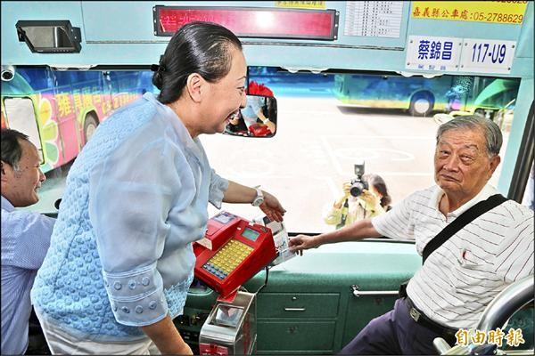 嘉義縣長張花冠(左)昨將敬老愛心電子卡贈送給長輩。(記者王善嬿攝)