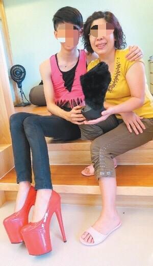 劉致葦參加高跟鞋設計比賽與媽媽合照。(家屬提供,記者蔡淑媛翻攝)
