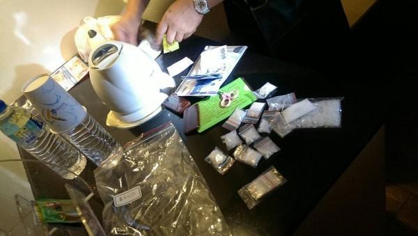 北港警分局昨晚在一家汽車旅館起出大量毒品,數量相當驚人。(記者陳燦坤翻攝)