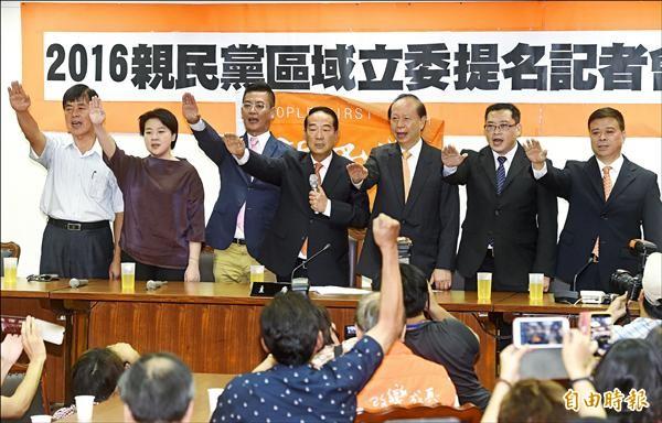 親民黨昨舉行立委提名記者會,五位參選人包括陳朝容(左一)、黃珊珊(左二)、張碩文(左三)、劉文雄(右一)、康仁俊(右二)。黨主席宋楚瑜(中)宣示,「親民黨重新回到台灣主流社會為台灣打拚」。(記者簡榮豐攝)