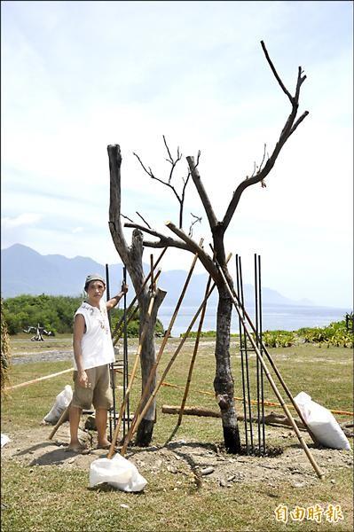 「東海岸大地藝術節」創作起跑,藝術家見維巴里在加路蘭遊憩區豎起枯木,現場展開創作。(記者黃明堂攝)