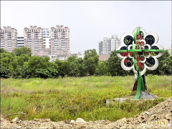 圖為「南台南副都心」的小巨蛋預定基地標誌。(記者洪瑞琴攝)