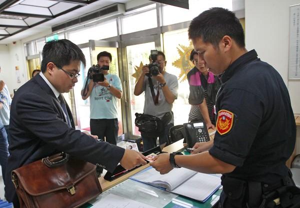 民進黨昨天委託律師黃帝穎(左)赴台北市刑大報案。(中央社)