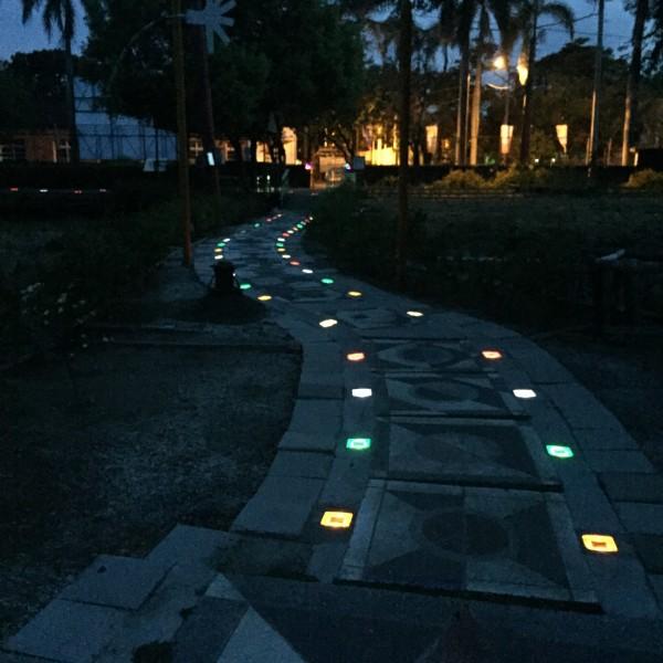 蕭壠文化園區植栽小徑的太陽能地磚燈,彷彿星光步道。(蕭壠文化園區提供)