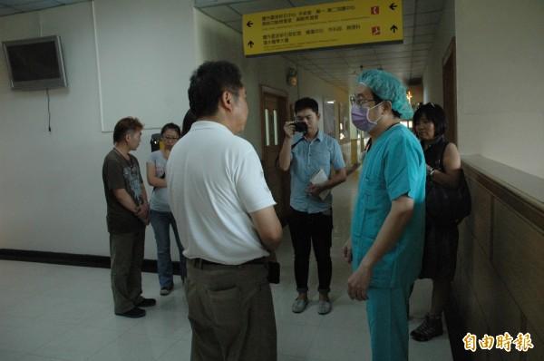 林相妤接受清創手術後,主治醫師(右)為林女父母說明病情。(記者方志賢攝)