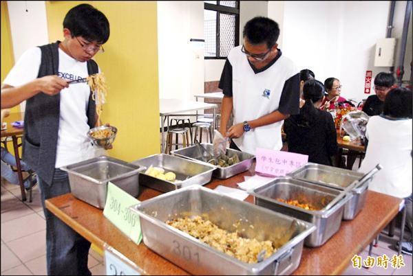 中興高中為該校考生在餐廳準備午餐,學生可吹冷氣舒服地吃午餐。(記者陳鳳麗攝)