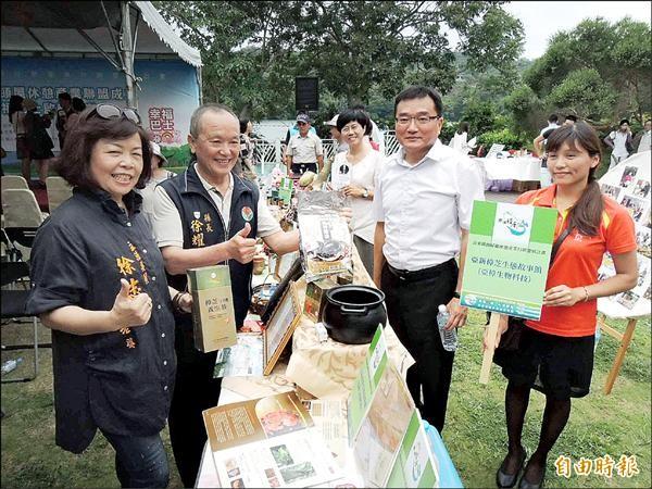 苗栗縣長徐耀昌(左二)協助頭屋鄉在地牛樟芝等加值產業行銷。(記者張勳騰攝)