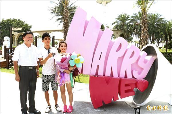 全國首座太平洋公園在花蓮市南北濱海岸落成,現場有求婚大聲公造型裝置,有對情侶在縣長傅崐萁(左)見證下求婚成功。(記者王錦義攝)