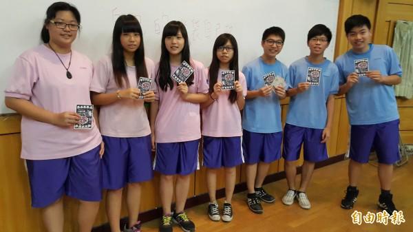 鳳新高中學生自製反黑箱課綱的卡片,喊出「自己的腦袋自己救」。(記者陳文嬋攝)