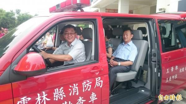 消防局長戴天星(前座)試乘勘災車,感謝王子雲一家贈車義舉。(記者林國賢攝)