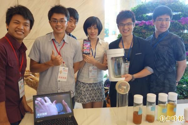 ALCHEMA團隊研發「智慧釀酒瓶」,並透過App教學讓人「第一次釀酒就上手」,成為會場最大亮點。(記者蔡穎攝)
