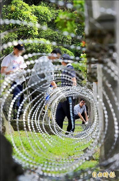 中學生反黑箱課綱今天到教育部前陳情抗議,台北市警局昨天在教育部周邊拉起刀片蛇籠。(記者張嘉明攝)