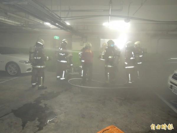 基隆長庚醫院在今天下午2時30分許傳出火警,警消分隊出動上百人前往救援,並確認起火點在地下室的動物實驗室,協助控制住火勢。(記者林嘉東攝)