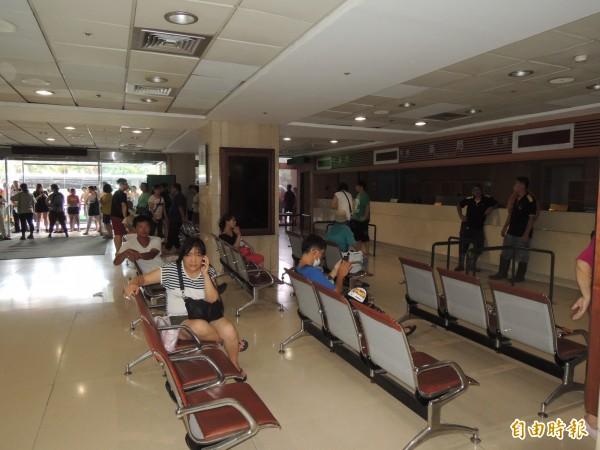 基隆長庚醫院的一樓大廳並未受到波及,現場民眾目前在大廳內等候白煙散去。(記者林嘉東攝)