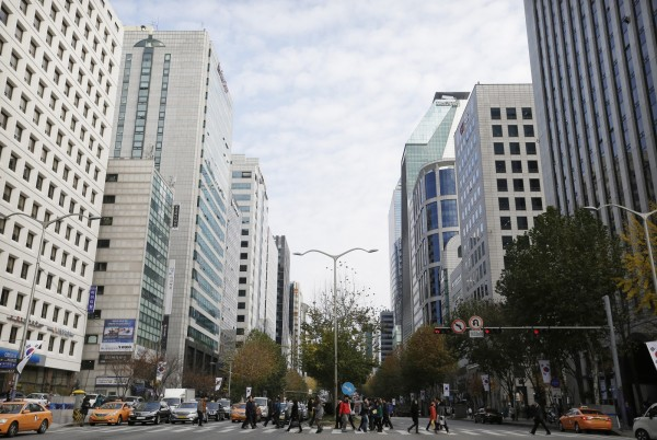 南韓當局調查,得知在韓外籍居民近10年暴增近2倍,當中中國人更超過半數。圖為首爾街景。(美聯社)
