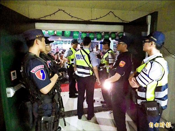 桃警在維安特警支援下,前往特種場所臨檢、掃蕩。(記者邱奕統攝)