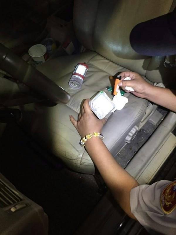 新北市金山警分局今天凌晨在石門區台二線上,查獲郭男拉K開車,郭乖乖交出藏在鐵盒內0.35公克安非他命及吸食器。(記者林嘉東翻攝)
