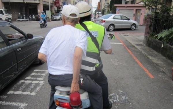 員警載送中暑的老翁回家。(記者林良昇翻攝)