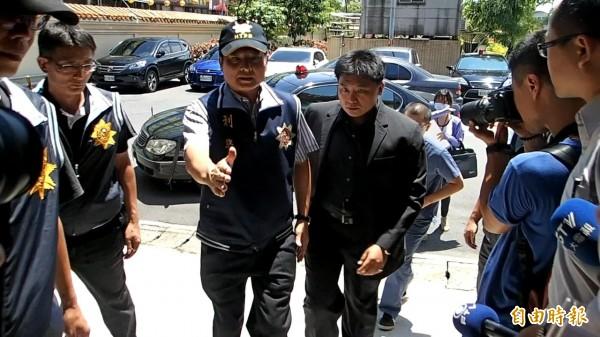 檢察官抵達殯儀館。(記者余衡攝)