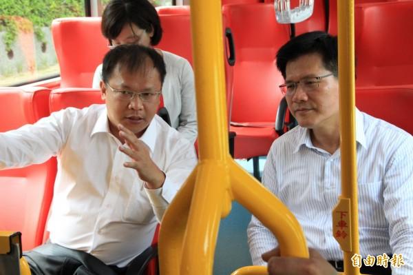 台中市長林佳龍(右)搭乘中市公車。(記者張軒哲攝)