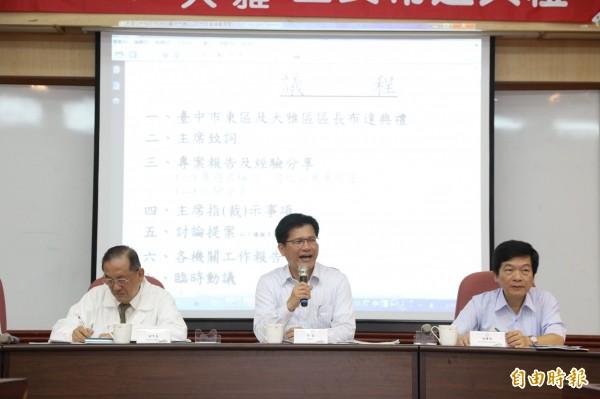 市長林佳龍(中)宣布規劃「雙港輕軌」計畫, 促進海線地區經濟繁榮 。(記者黃鐘山攝)