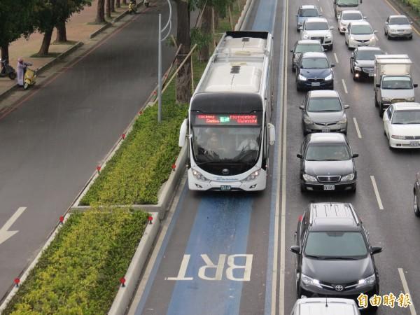 藍線BRT快捷公車8日就要走入歷史,改為「優化公車專用道」開放一般公車駛入。(資料照,記者張菁雅攝)