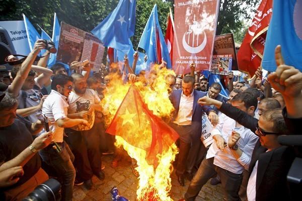 土耳其最大城市伊斯坦堡5日有數百名民眾上街遊行,前往中國領事館抗議北京當局打壓新疆維吾爾人,並焚燒中國五星旗。(路透)