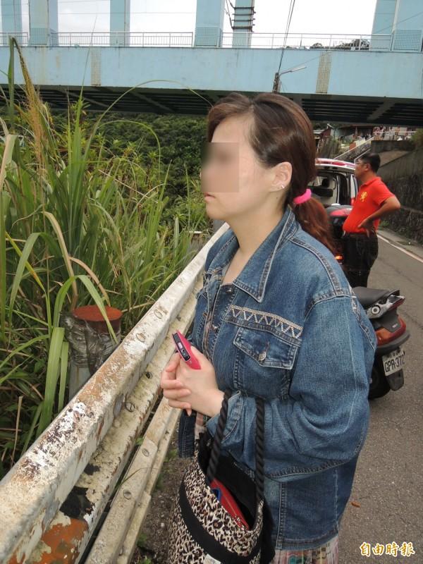 洪姓少年的母親焦急站在岸邊,望著河面等候兒子消息。(記者林嘉東攝)