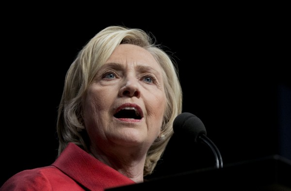 正在爭取民主黨總統選舉提名的希拉蕊,4日在競選活動中批評中國駭客「什麼都要駭」,並呼籲民眾保持警惕。(美聯社)