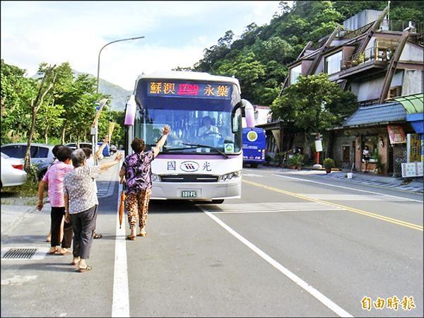 公路總局宜蘭監理站在宜蘭首度推出「隨招隨停」公路客運。(記者朱則瑋攝)