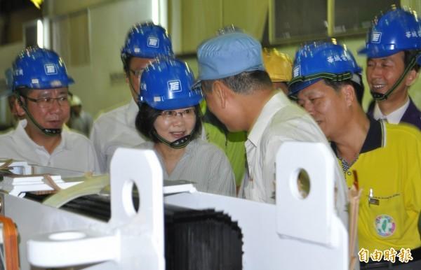 蔡英文參訪華城電機,提及2003年加州大停電就是使用華城生產的變壓器解決問題,直誇華城讓台灣很有面子。(記者李容萍攝)