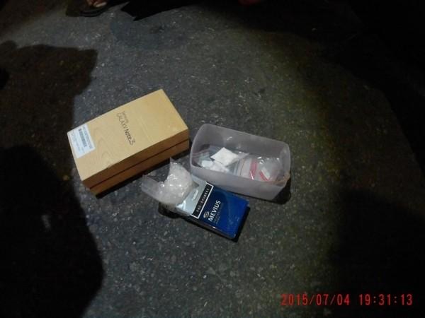 機車藏毒被高市警查獲,竟誆稱糖粉哄騙小孩用的。(記者黃良傑翻攝)