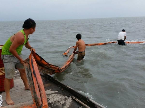 為避免擱船隻油料外漏污染域生態,船公司今派員將油料抽乾。(海巡署四二大隊提供)