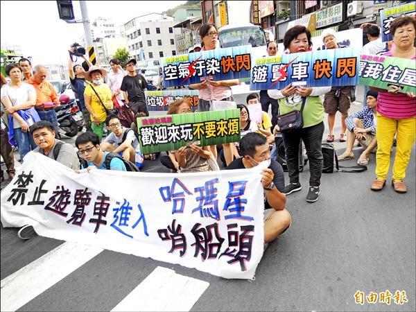 馬總統執政七年多來,大幅開放中國觀光客來台,台灣旅遊、環境品質均受到衝擊。圖為今年四月因反對大量載中客的遊覽車湧入高雄哈瑪星,影響交通和生活,引發居民抗議。(資料照,記者黃良傑攝)
