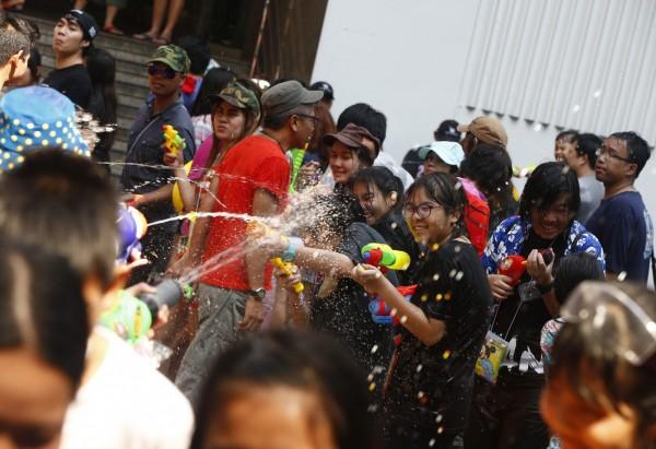 泰國面臨10多年來最嚴重乾旱,若再不下雨,首都曼谷的自來水用量可能在1個月內耗盡。圖為潑水節資料照,與新聞無關。(歐新社)