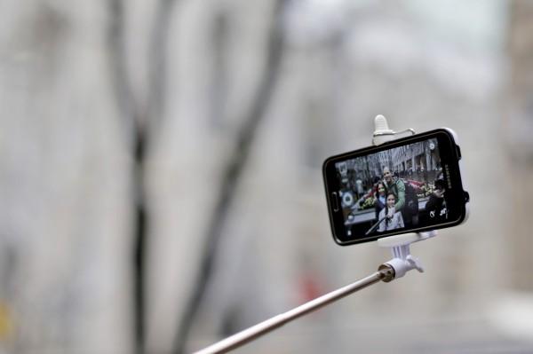 風靡全球的自拍神器,是許多遊客出遊必備物品。圖為示意圖,與本新聞無關。(資料照,美聯社)