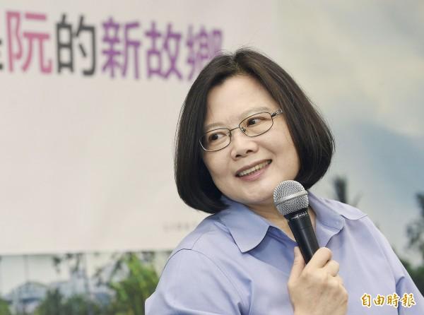根據《TVBS》民調結果,民進黨主席蔡英文支持率有42%,領先對手洪秀柱的30%有12個百分點。(資料照,記者陳志曲攝)