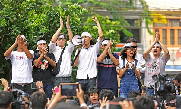 圖為示威學生上月在曼谷街頭抗議,要求軍政府「歸還政權」。(美聯社)